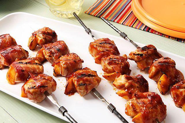 Le bacon aide à garder la viande tendre sur le gril.
