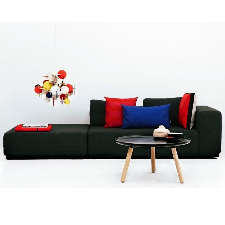 Nyt design sofabord fra Normann Copenhagen. Bordpladen er i komposit og bordbenene er i ask. Bordet findes i to størrelser, og der kan vælges mellem blå, grå, varm grå, hvid og sort bordplade.