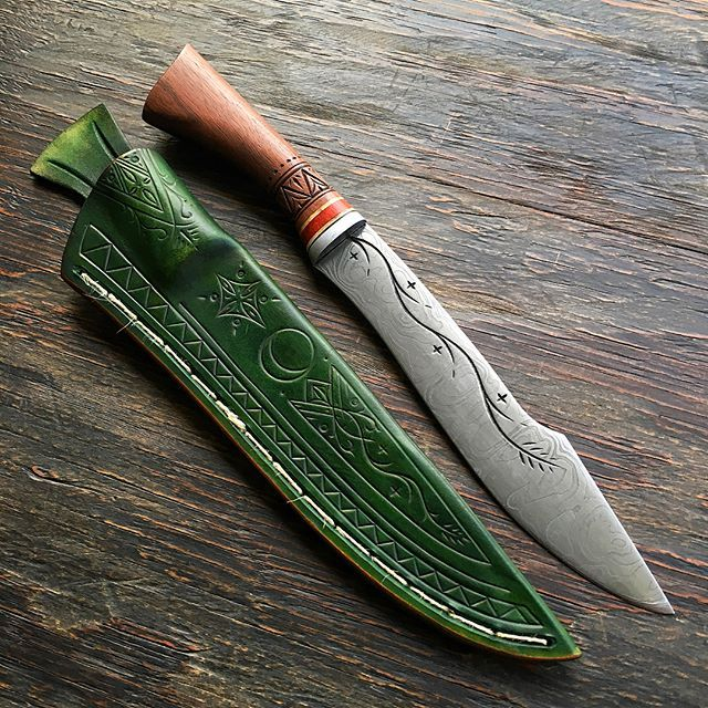 A Gondolindrim door Warden knife. Made for world renown photographer Ian Brodie: http://www.ianbrodiephoto.net This simple Tolkien-inspired knife thematically represents the elves of Gondolin, who were a mixed population of Noldorin and Sindarin that lived under the rule of King Turgon as depicted in Tolkien's Silmarillion and larger legendarium. The blade was forged out of low-layer pattern welded steel to represent flowing rivers, with engraved star and ivy motifs on one side of the…