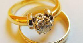 Cómo limpiar joyas de oro que se están volviendo negras. Las joyas de oro son tan populares en la actualidad como lo eran hace cien e incluso miles de años. Son brillantes, duraderas y valiosas. El oro es convertido en collares, anillos, pulseras, aretes y muchos otros tipos de adornos para el cuerpo. Las joyas de oro no se manchan como la plata; sin embargo, las aleaciones mezcladas en el oro ...