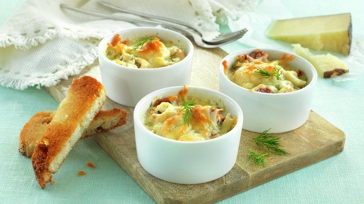 Den milde sødmen i reker passer ypperlig sammen med norsk spekeskinke. Hvitløksgratinert spekeskinke og reker egner seg utmerket på tapasbordet, som forrett eller som en liten kveldsrett.