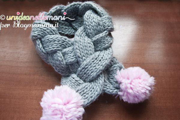 Tutorial con foto e spiegazioni per fare una originale e pratica sciarpa ai ferri per bambini con la treccia e i pom pon. Facile e veloce da realizzare.