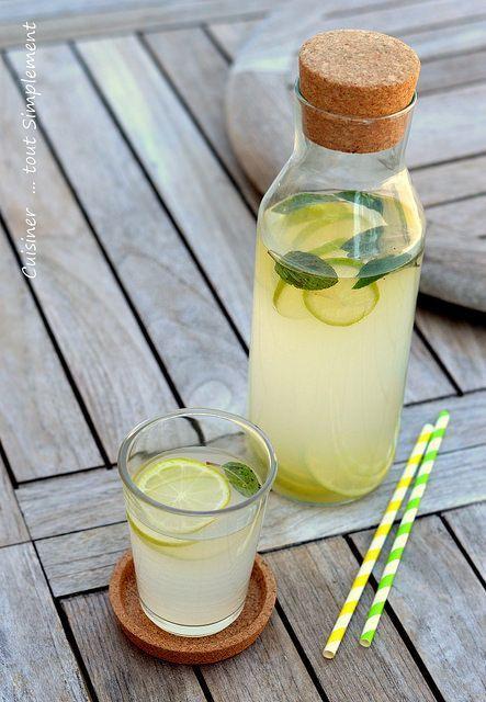 Citronnade à la Menthe : 1 litre : 4 citrons jaunes, 100g sucre en poudre , 1 botte de menthe , 1l d'eau. Dans une grande casserole, verser l'eau, le jus de 3 citrons et le sucre. Faire bouillir pendant 10 minutes. Laisser tiédir et ajouter la moitié des feuilles de menthe ciselées. Faire bouillir à nouveau pendant 5 minutes. Laisser refroidir et mettre au réfrigérateur pendant 2-3h. Filtrer préparation et mettre au frais. Au moment de servir, ajouter rondelles citron, menthe et glaçons