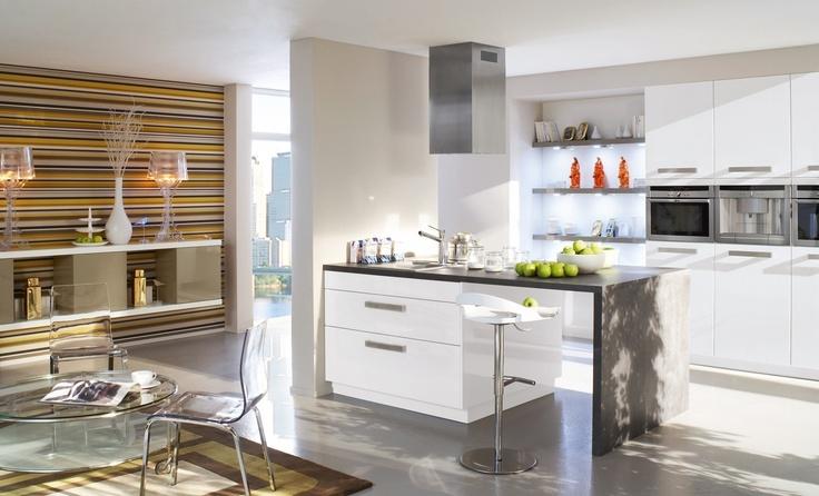 Platz für Geschirr und Küchen-Utensilien bieten die Hochglanz-Module ...