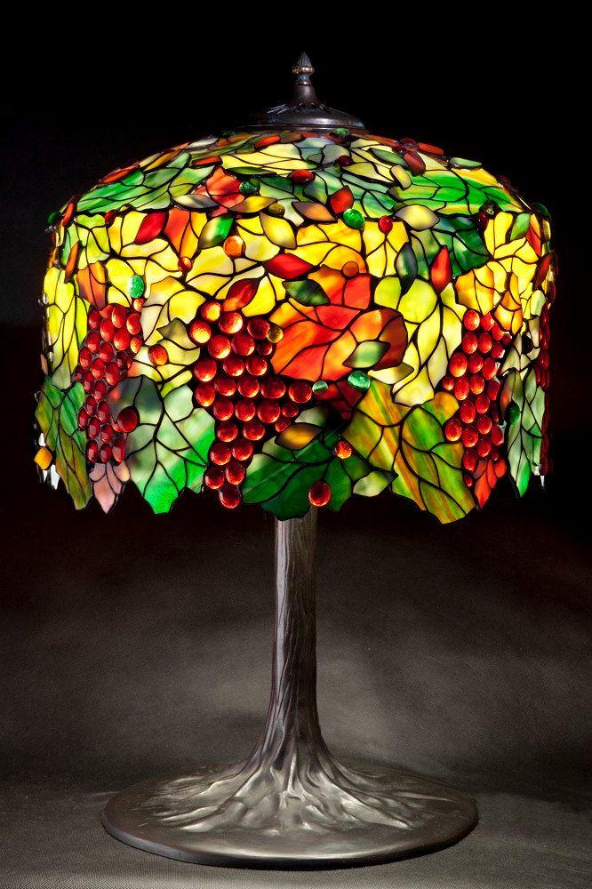 Tamaño: • Altura 65 cm (25.6 ) • Diámetro 46 cm (18,1 ) • Cantidad de vidrio piezas 1550 Estilo principal de la lámpara: Tiffany Grape - vidrieras conocido patrón de lámpara   Lámpara de vidrio, constituida L.C. Tiffany metod de hoja de cobre y vidrio de Uroboros y Youghiogheny. Estos son americanos más famosos glassworks. Cada panel de vidrio es hecho por el hombre. Soldaduras son muy sólido y liso, lo que garantiza durabilidad decenas de años. Es un producto hecho a mano hecho en Gdansk…