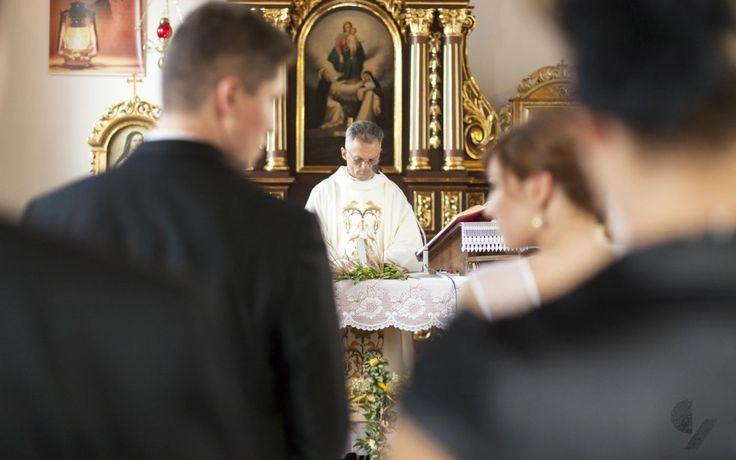 Ania i Radek - ceremonia ślubna w miejscowości Turza Wielka. Fot. Czarna Zebra.