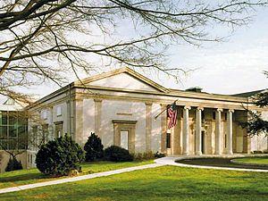 Montclair Art Museum (Montclair, New Jersey).jpg    в музее есть единственная в мире галерея, посвященная исключительно работам американского художника XIX века Джорджа Иннесса, который жил в Монтклэре с 1885 по 1894 годы.[