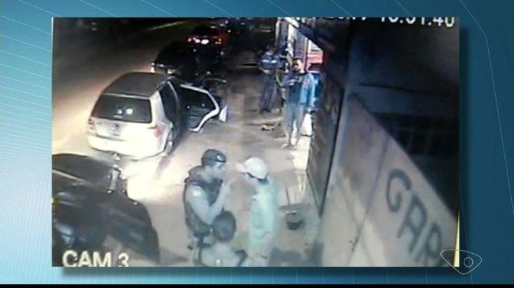 Segundo a Polícia Civil, homem foi levado pelos PMs à delegacia, onde assinou termo circunstanciado por desacato. Agressão foi gravada por câmeras de monitoramento em Santa Teresa.