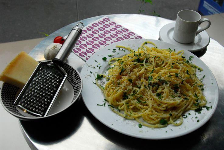 Spaghetti uleioase usturuioase- Ai mancat 5 zile la rand numai cruditati, cartofi natur si orez cu legume? Pai doar a venit mama soacra in vizita si, deloc intamplator, e la dieta. Un zambet de doua ori mai deschis sub scrasnetul de dinti :). Dar dimineata ai condus-o la gara si azi incepi cu un program de voie la mancare. Pai hai sa ne facem de cap cu niste spaghetti cu care stii sigur ca mama soacra n-ar fi in veci de acord, si sa vezi acum un zambet de doua ori mai deschis si o gura de…