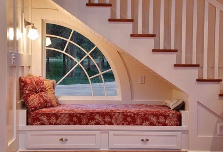 10 idei geniale pentru utilizarea spatiului de sub scari