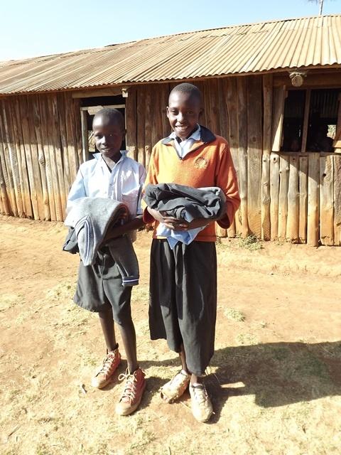 Keňa, Molo  odovzdali sme školské uniformy, bez ktorých by deti z chudobných rodín nemohli chodit do školy