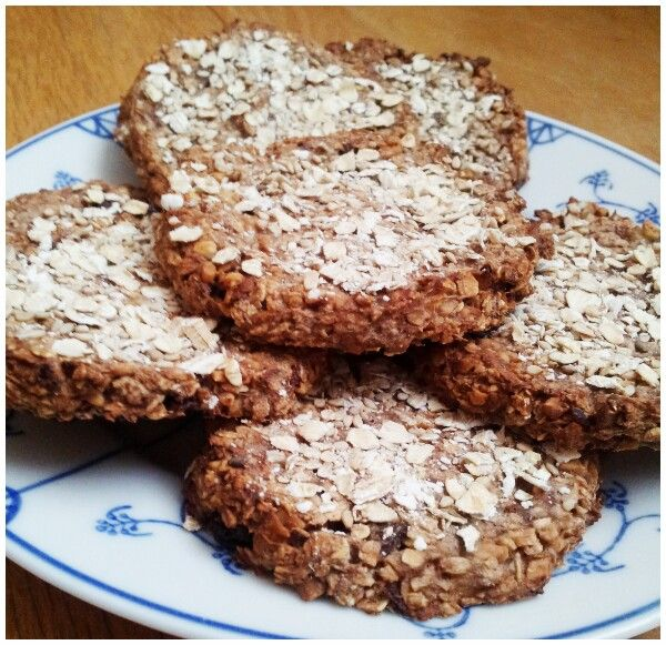 HAVERMOUT KOEKJES ♡ -2 bananen (fijngeprakt) -80 gram havermout -3 tl cacoa -30 gram rozijnen -1 el kokosrasp -30 gram hazelnoten (fijngehakt) -mespuntje zout -vanille aroma/kaneel naar wens.                             Verwarm de oven voor op 180ºC. Meng alle ingrediënten goed met elkaar en maak er 8 ronde koekjes van. Bestrooi met een beetje havermout en bak gedurende 25 minuten tot ze bruin zijn.    Gezonde koekjes die je elke dag mag eten als tussendoortje!