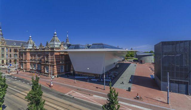 Después de más de 4 años en remodelación, el museo de arte Stedelijk de Amsterdam ha re-abierto las puertas de su renovado edificio a cargo de Benthem Crouwel. Este despacho ha sido responsable de algunos proyectos emblemáticos del país como el aeropuerto Schipol y las renovaciones de los museos de la casa de Anne Frank y el Rijksmuseum (a unos metros del Stedelijk), pero en esta ocasión has recibido fuertes críticas por su diseño.