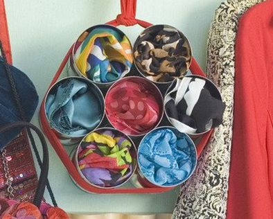 varias latas pegadas una con otra, y sujetadas con un trozo de tela, para colgarlas ya sea en el clóset, o en un gancho detrás de la puerta o en la pared.