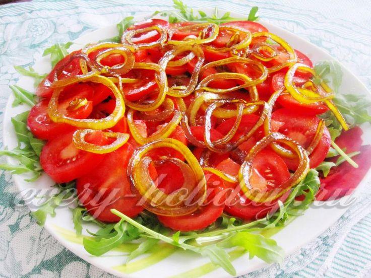 Салат из помидоров под бальзамированным луком