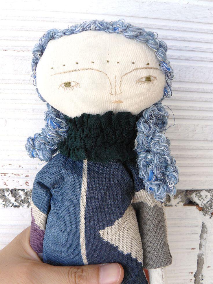 Art-Pop met haar van de blauwe wol genaaid door hand en jurk stof bekleding.  30 cm door AntonAntonThings op Etsy https://www.etsy.com/nl/listing/456955004/art-pop-met-haar-van-de-blauwe-wol