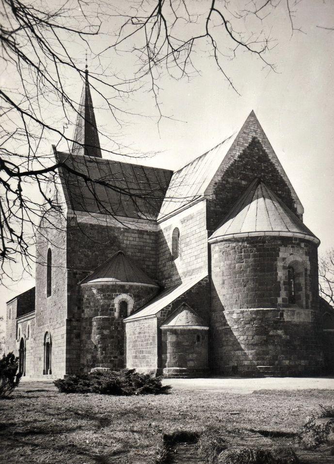Kruszwica z dawnych lat z widoczną, wybudowaną w XVI wieku wieżą ze spiczastym hełmem, która nie ostała się do dziś.