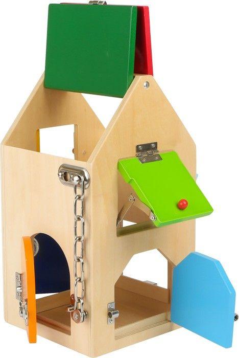 Tolle Möglichkeit zur Förderung motorischer Fähigkeiten. Dieses formschöne Holzhaus mit diversen Klappen und Luken, die jeweils mit einem speziellen Schloss oder Riegel verschlossen werden können, hat es in sich! So bekommen kleine Panzerknacker ein Gefühl für verschiedenste Verschlüsse: Von Hebeln über Sicherheitskette bis zu Bügel- und Zylinderschlössern. Sind alle Zugänge verschlossen, können Dinge im Inneren des Holzhauses eingeschlossen und aufbewahrt werden.ca. 15 x 15 x 28…