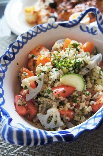玄米のツブツブの食感がヘルシーで美味しい♪ 主食や付け合わせにもぴったりの、ボリューム満点サラダです。