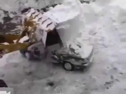 Прикол! Трактор убирает снег с машины Юмор! Прикол! Смех - YouTube