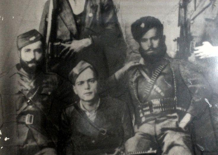 Ο καπετάνιος του ΕΛΑΣ (τρίτος από αριστερά) Πάνος Γιαννούλης που ήταν διοικητής λόχου στη Μάχη της Αμφιλοχίας.Στην πόλη υπήρχε αποθήκη καυσίμων, στρατώνας, αποθήκες πυρομαχικών, σταθμός οχημάτων και περίπου 200 άλογα και μουλάρια.