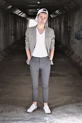 Edgar Vanuska - Primark Suit Trousers, Adidas Sneakers, H&M Blazer, H&M V Neck T Shirt, H&M Cap - STAND ALONE