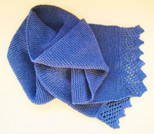 Instrucciones para tejer una bufanda de punto bobo y rematarla con una puntilla de lana.