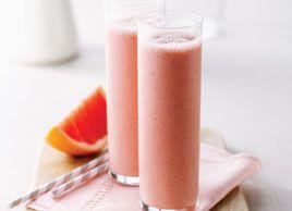 Smoothie riche en vitamine C 1 gros pamplemousse rose, pelé, épépiné et coupé en morceaux 1/2 tasse (125 ml) d'ananas broyés, frais ou en conserve 1/2 tasse (125 ml) de fraises fraîches ou congelées (si elles sont fraîches, ajoutez 1/4 tasse (60 ml) de glace pour plus de mousse) 1/2 tasse (125 ml) de yogourt sans gras grec