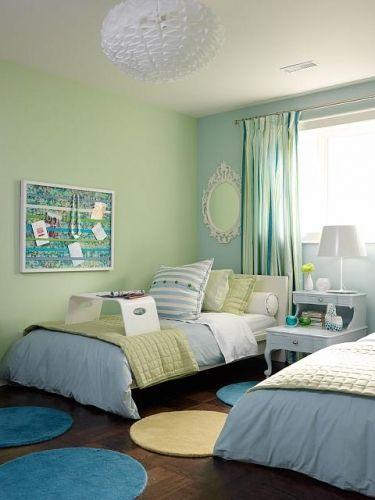 Dormitor pentru doi copii cu pereti verde si bleu pal covorase rotunde si perdele in dungi