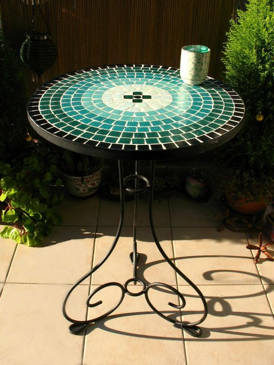 mesas de hierro forjado con venecitas turquesa - mar