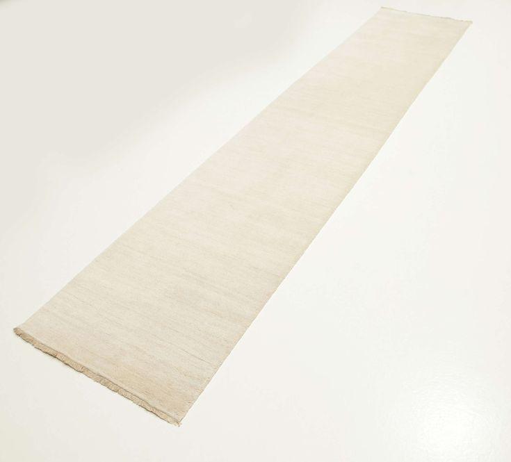 Questi tappeti sono realizzati a Bhadohi, India, con una lana morbida e di alta qualità che rende il tappeto soffice e piacevole da calpestare.