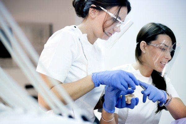 Heute machen wir in unserer Zahn Klinik in Kroatien auch 3D computergesteuerte Implantologie der bekannten deutschen Implantate-Firma SCHUTZ DENTAL, mit der über spezielle Schablonen und CT-Aufnahmen Implantate ohne chirurgische Eingriffe bzw. ohne Schnitte, Nähte und Blut gemacht werden können http://www.zahnimplantatekroatien.at