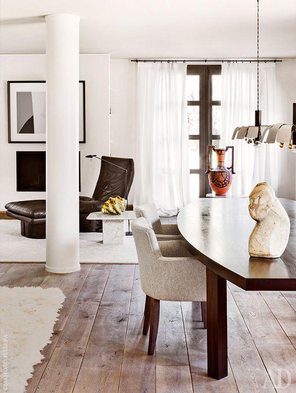 Вид из зоны столовой в сторону гостиной. Полы из бельгийского дуба. На столе — мраморная скульптура 1970-х годов из Италии и неоэтрусская ваза, все из галереи Сержа Кастеллы.