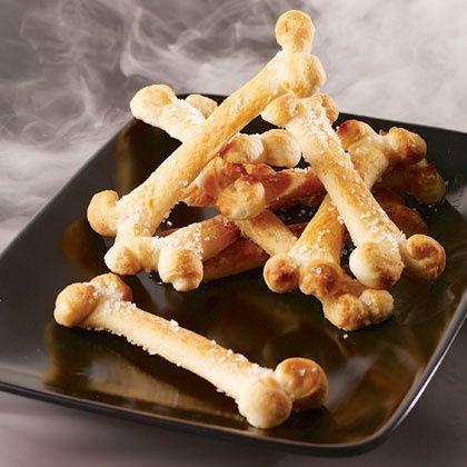 -préchauffe ton four à 180°C -découpe une pâte brisée en lamelles de 6-7 cm de long et 1,5-2 cm de large -avec un couteau, fait une encore à chaque extrémité de lamelle sur environ 1 cm -replie les 4 bouts en petites boules pour former les extrémités des os -dispose les os sur du papier cuisson (sans ajouter de matière grasse) et en les espaçant de quelques centimètres -parsème le tout d'un peu de gros sel -fais cuire jusqu'à ce que les os soient légèrement dorés, environ 12 minutes