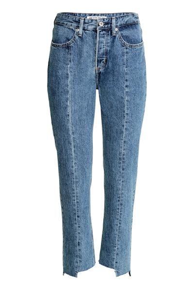 Straight High Ankle Jeans: CONSCIOUS. Dżinsy z 5 kieszeniami ze spranego, denimu. Nogawki do kostki z niewykończonym nierównym brzegiem i widocznymi podłużnymi szwami. Prosty fason, wysoka talia, rozporek na guziki, kieszenie z przodu i z tyłu. Dżinsy wykonano częściowo z bawełny pochodzącej z recyklingu.