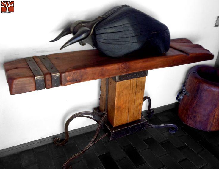 Nativo Redwood. Arrimo de madera roble rústico con cubierta de una pieza con aplicaciones de fierro forjado con detalles de clavos de cobre y base de madero de araucaria y patas de fierro forjado. Dimensiones: 0.50x2.00x0.90 Disponible en nuestra casa matriz en Av. Camilo Henriquez 3941, Pte Alto. www.nativoredwood.com www.facebook.com/nativoredwood
