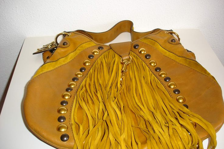 Os aconsejamos cómo combinar nuestro bolso amarillo de #Gucci: http://bit.ly/1UE1Z9n a través de un artículo del blog Unifemweb: http://bit.ly/1UyiRz6