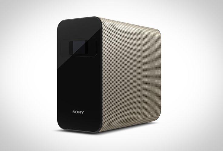 Der Sony Xperia Touch ist ein tragbarer Projektor, der deine Wand oder deinen Tisch in einen interaktiven Touchscreen verwandelt. Im Unterschied zu herkömmlichen Projektoren ist der Xperia Touch mehr als nur ein einfaches Abspielgerät. Denn er kann glatte Wände oder Tische und sogar deinen Fußboden in einen interaktiven Bildschirm verwandeln.