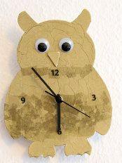 Schritt 7: Das Uhrwerk nach Packungsanleitung anbringen. Am Uhrwerk befindet sich in der Regel auch gleich ein Haken, an dem die Eulen-Uhr aufgehängt werden kann. Die komplette Anleitung finden Sie hier http://www.immonet.de/service/uhr-basteln.html