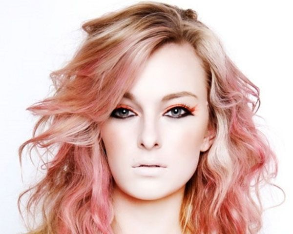 light pink highlights | The soft red shades give a dreamy look to the stylishly waved hair.