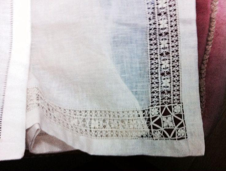 Set per culla - Copertina e lenzuolino- ricamate a mano su lino bellora 2000 color écru - tecniche usate Cilaos per la copertina, sfilati composti per lenzuolino-  Dettaglio angolo lenzuolino