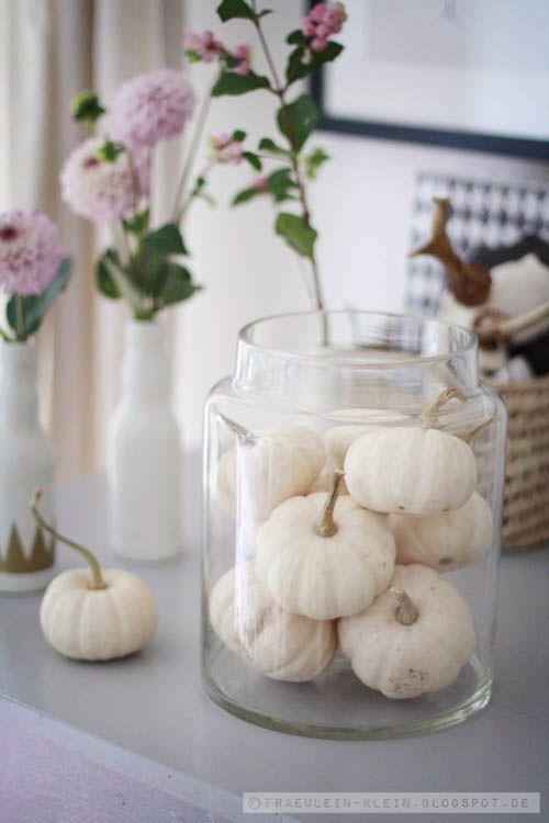 Herfst sfeer met witte pompoenen in een glazen pot