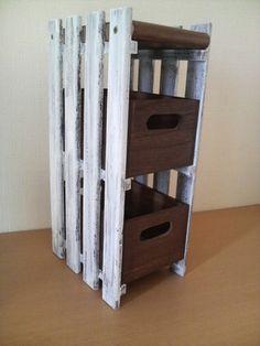 すのこと木箱を組合わせれば、高さのある収納のできあがり。食品ストックや根菜類を入れておくのにもいいですね。
