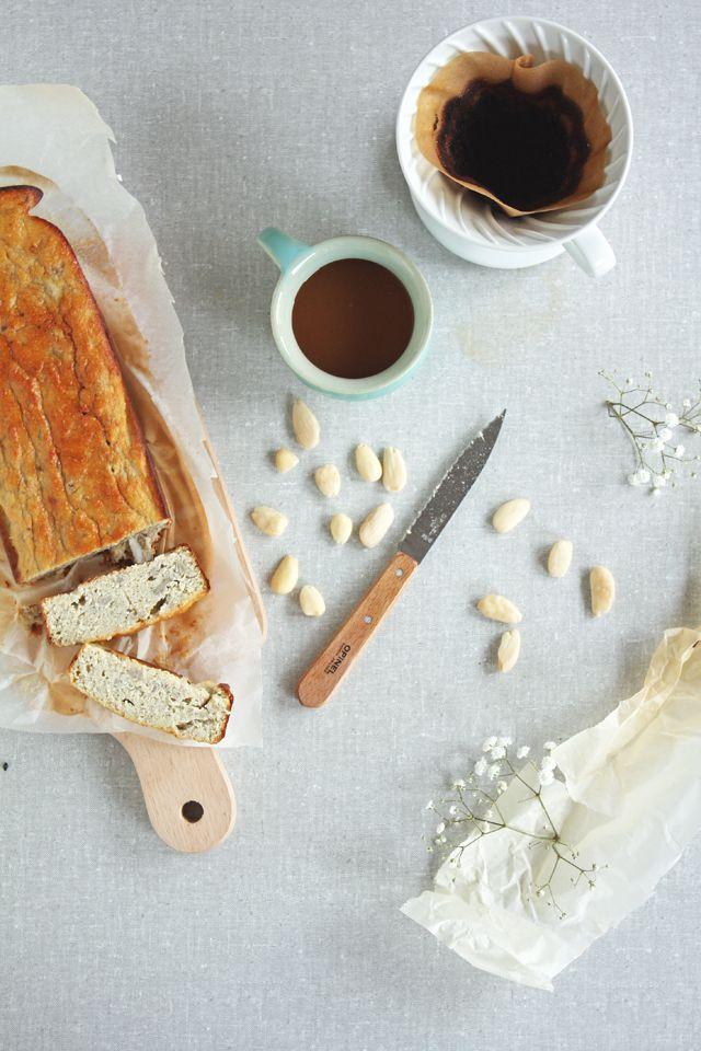 Gluten- en suikervrij bananenbrood - Food Bandits  Ingrediënten:  - 3 rijpe bananen, geprakt - 3 eieren, liefst biologisch - flinke kneep rijstsiroop of andere zoetmaker naar keuze - 100 g amandelmeel - 3 eetlepels yoghurt, ik heb zelf geitenyoghurt gebruikt - 50 g gedroogde kokos - 1 theelepel bakpoeder