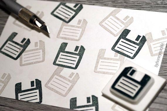 SELLO DE GOMA BYHONEYSUCKLE TALLADAS A MANO engranaje de sello disco, regalo para le equipo sello, regalo de nerd, tipo pc, mundo de la tecnología, profesor de informática, geek, tech savvy  GOMA sello tamaño (aproximado) 0,7 x 0,7 (1.9 x 1.9 cm)  DETRÁS DE LA ESCENA sellos son dibujados a mano y tallados byhoneysuckle mano.  PROYECTOS DE ARTESANÍA sello arte, asiático sello de goma, sellos de goma para la tarjeta hacer, artesanía regalos, sello de goma de la Navidad, scrapbooking con claro…