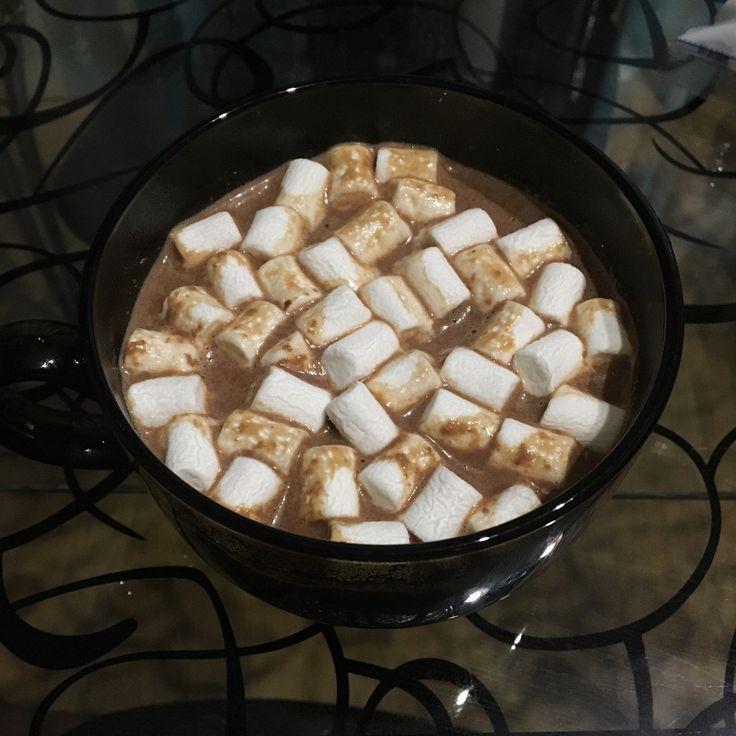 Густой горячий шоколад со взбитыми сливками и зефиром