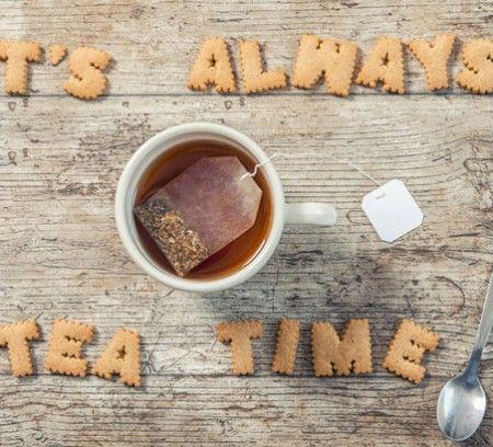 On pourrait croire que le thé joue un rôle insignifiant en littérature. C'est tout le contraire !  Elément essentiel de certaines scènes, les auteurs en font même l'éloge et nous livrent ainsi les plus belles descriptions romanesques. Nous avons choisi 10 passages littéraires où le thé est à l'honneur: quand boire du thé devient poétique !