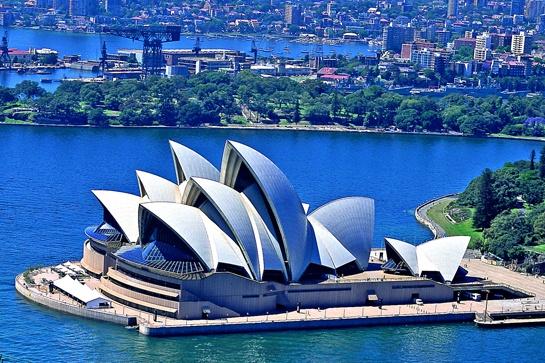 ✎ Tại Sydney bạn vừa có thể vùng vẫy trên những bãi biển đẹp như ở Địa Trung Hải, đi mua sắm thoả thích như thể đang ở Hong Kong, thăm những vùng quê đậm chất Úc và ăn những món ngon từ khắp nơi trên thế giới... _ ✎ Cẩm nang du lịch Úc: http://www.ivivu.com/blog/category/the-gioi/chau-uc/ ____________ __ ✎ Danh sách các khách sạn ở Sydney, Úc: http://www.ivivu.com/vi/hotels/chau-dai-duong/uc/sydney/all/1/