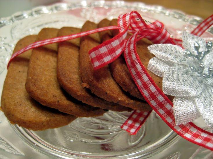 Förra året hittade jag ett perfekt recept för att baka pepparkakor, dessutom smakar de förträffligt gott. Snabbt och smidigt, man gör degen ...