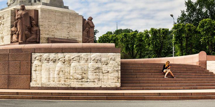 У памятника свободы